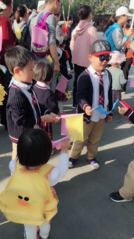 幼儿园孩子扫墓,纪念革命先烈!